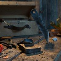 Счастливый, весёлый башмачник всем чинит ботинки «за так» :: Ирина Данилова