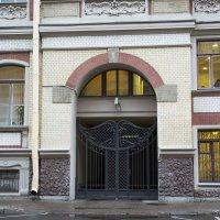 Ворота бывшего доходного дома С В Муяки :: Aнна Зарубина