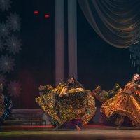 Ярче золотого червонца, жарче костра, опаснее разбойничей финки, тот девичий взгляд :: Юрий Васильев