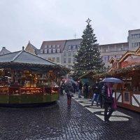 Рождественская ярмарка ....дождь... :: Galina Dzubina