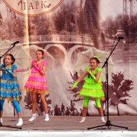 Танец с зонтиками :: Владимир Болдырев