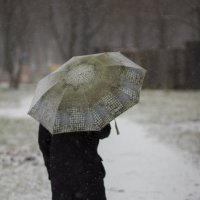 Бабушка с зонтиком в первый снегопад :: Vasiliy Morozow