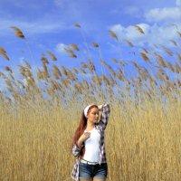 Камыш, девушка и весенний ветер :: Леонид