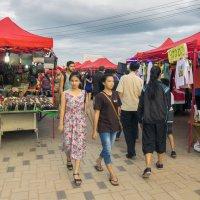 Лаос. Вьентьян. Вечерний рынок :: Владимир Шибинский