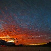 огнем пылают небеса в закатном небе Киммерии :: viton