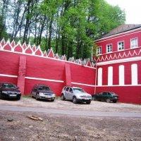 Автомобили у красной стены :: Дмитрий Никитин