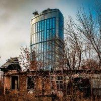 Городские контрасты. :: Yury Moskalyoff