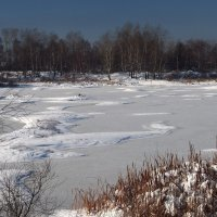 Лёд блестит на озере,снег по берегам... :: Александр Попов
