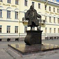 Памятник Трезини в медвежьей шубе на Университетской набережной :: Елена Павлова (Смолова)
