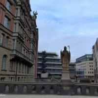 Hamburg. Trostbrücke (Мост утешения). Статуя Епископа Ансгара :: Nina Yudicheva