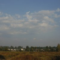 Утренние солнечные лучи озаряют распластавшуюся деревушку. :: Людмила Ларина