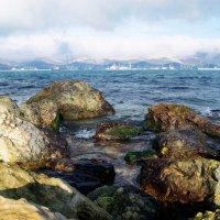 Вид на бухту через камни. :: Татьяна Гордеева