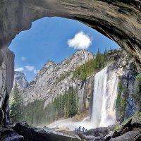 водопад Vernal Fall из под арки около него :: viton