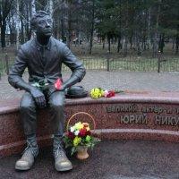 Памятник Юрию Никулину в Демидове... :: Владимир Павлов