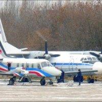 Старичок Ан 24 ( с 1959 г первый полёт) и Рысачок ( 1ый полёт 2010г) :: Alexey YakovLev