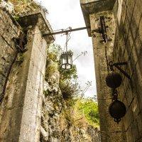 тарый фонарь на подъемных воротах :: Marina Talberga