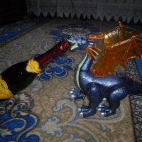 Дракоша помогает открыть шампанское ! :: BoxerMak Mak
