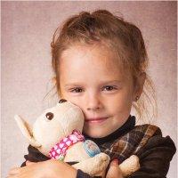 Портрет девочки с любимой игрушкой :: Борис Борисенко