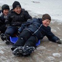 На ледяной горке :: Ростислав