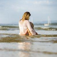 Мама с дочкой в волнах океана. :: Евгений Андреев