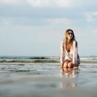 Девушка  в волнах океана на закате. :: Евгений Андреев