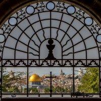 Вид на Старый Город в окне церкви Доминус Флевит :: Alevtina Zibareva