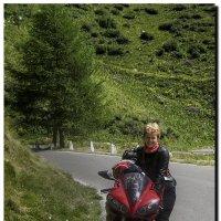 Мотоциклистка на горной дороге Италии :: сергей адольфович