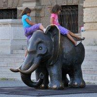Терпеливый слон.У музея естественных наук. Patient elephant. Museum of Natural Sciences. :: Юрий Воронов