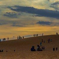 Люди провожают день на красных дюнах :: Марина Мудрова