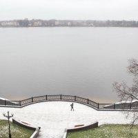 Ярославль,Набережная Волги. Первый снег. Идет женщина :: Олег