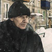 Мороз под шагами хрустит, как соль, Лицо человека — обида и боль, В зрачках два черных тревожных фла :: Андрей Лобанов