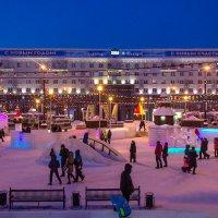 В январские дни на площади Революции многолюдно и весело! Звучит музыка, работают аттракционы. :: Надежда