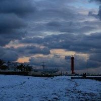Вечер на Ривьерском пляже Сочи :: valeriy khlopunov