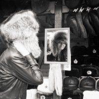 У лотка с шапками :: Александр Кузнецов