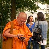 Курящая дама, звонящий буддист :: Полина Потапова