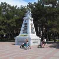 Памятник 90 борцам :: Сергей Грымов