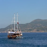 Кораблик, море, горы :: Полина Потапова