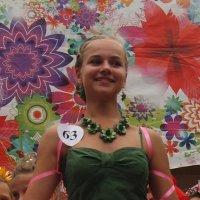 Девушка на фестивале цветов :: Михаил Шор