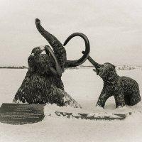 Памятник... Мамонтёнок помогает своей маме, провалившейся под лёд. :: Алексей Белик