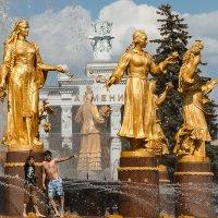 У фонтана дружбы народов :: Константин Фролов