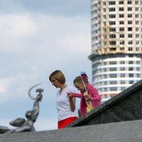 сложный путь дочки за руку с мамой :: Олег Лукьянов