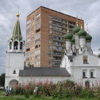 Церковь среди жилых домов в Нижнем Новогороде :: Сергей Тагиров