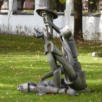 Памятник «Дон Кихот с цветком» в Губернаторском саду Ярославля... :: Galina Leskova