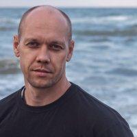 Мужской портрет на фоне моря :: Виктория Бондаренко