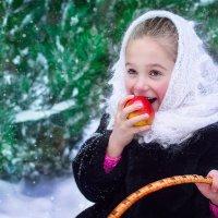 девочка с яблоком :: Ванда Азарова