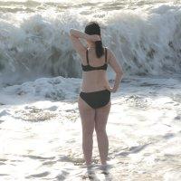 Девушка на фоне шторма. :: Руслан Сасонов