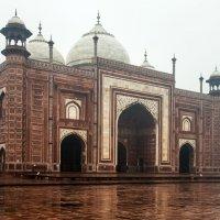 Мавзолей-мечеть Тадж-Махал, мечеть из красного песчаника с западной стороны :: Виктор Куприянов