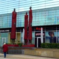У торгового центра. Женщины в красном. :: Nina Yudicheva
