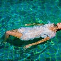 Девушка в бассейне :: Александр Горбань