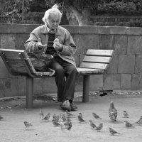 Мужчина обедает на набережной :: Julia Obraz